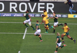 Springbok captain Siya Kolisi on a break from his own 22m line against Australia in the 2018 Rugby CHampionship, with Willie le Roux, Andre Esterhuizen and Faf de Klerk running in support. Photo: Stephen Kisbey-Green