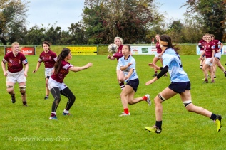 Kirara Kirasha offloads with a perfect pass to Sophie Kilburn. Photo: Stephen Kisbey-Green
