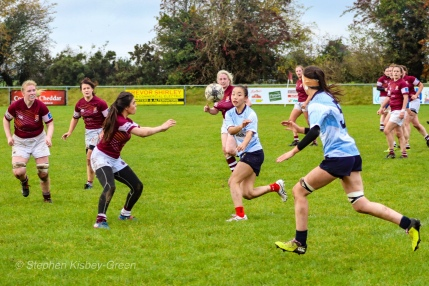 Kirara Kirasha offloads with a perfect pass to Sophie Kilburn. Photo: Stephen Kisbey-Green